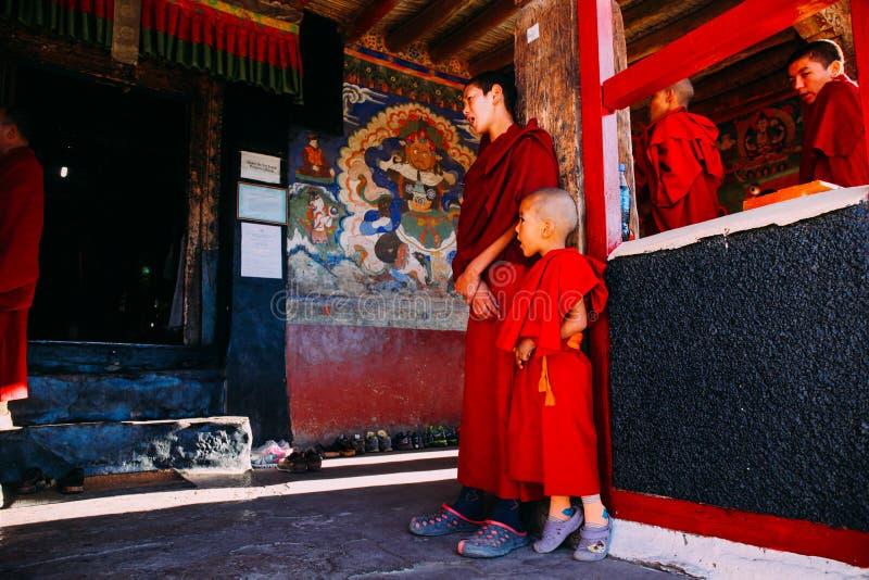 LEH-INDIA, O 31 DE AGOSTO DE 2016: As monges budistas tibetanas prepararam-se chanting no monastério de Thikse fotografia de stock royalty free