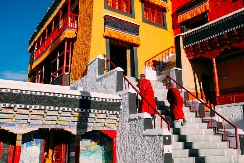 LEH-INDIA, 31 2016 SIERPIEŃ: Tybetańscy mnisi buddyjscy przygotowywali dla skandować w Thikse monasterze fotografia stock
