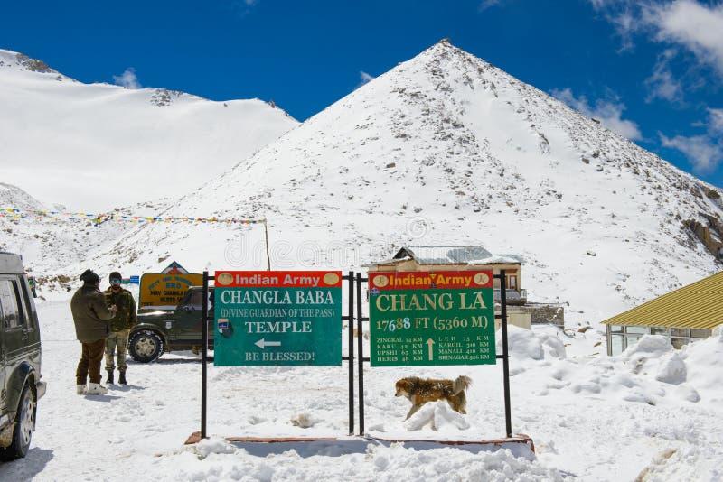 Leh, la India - 12 de abril de 2016: Paso de Chang La en Ladakh, la India Chang La es la entrada principal a la meseta de Changth imagen de archivo