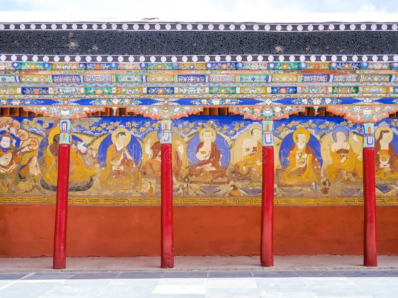 LEH LADAKH, ÍNDIA 26 DE JUNHO DE 2018: Pinturas murais em Thiksey Monas fotografia de stock royalty free