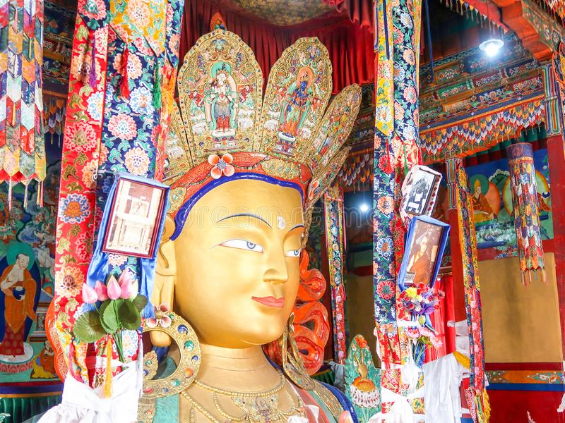 LEH LADAKH, 26 INDIA-JUNI 2018: Maitreya Boedha of het Toekomstige reuzestandbeeld van Boedha binnen het Thiksey-Klooster, Leh La royalty-vrije stock foto's