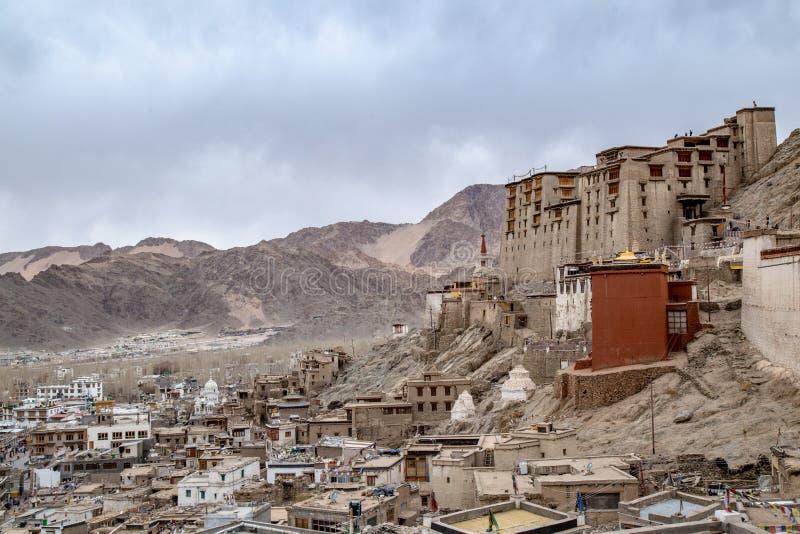 Leh Ladakh stadssikt från den Leh slotten i vinter royaltyfria foton
