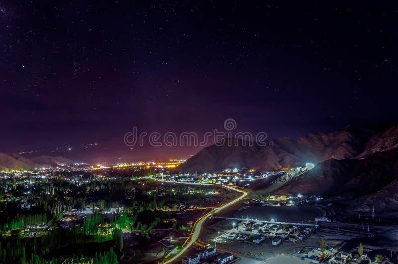 Leh panoramautsikt i natten, Ledakh, Indien arkivfoton