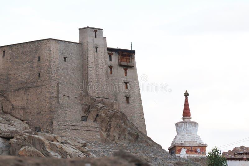 Leh slott i staden royaltyfria bilder