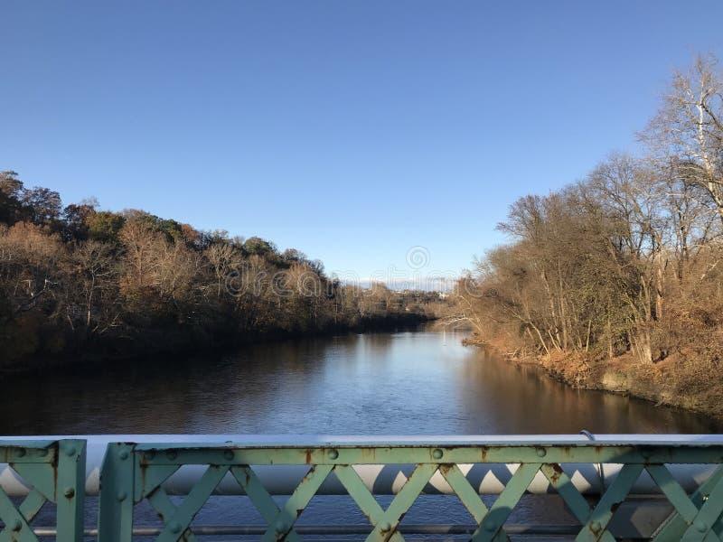 Lehigh flod nära Easton Pennsylvania, USA som sett från mitten av en bro royaltyfri foto