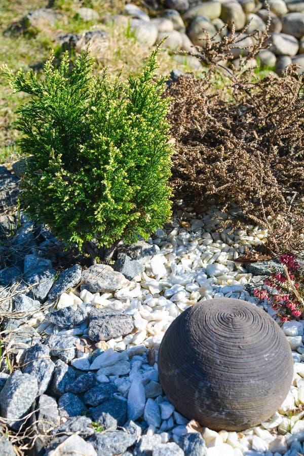 Lehmball im Blumenbeet stockfoto