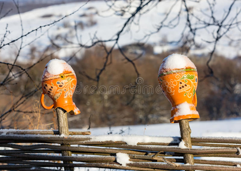 Lehmkrug auf Zaun in der Winterzeit stockfoto