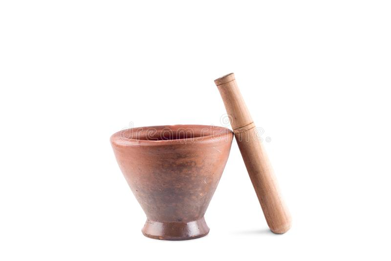 Lehmmörser und Holzstampfe wird benutzt, um die Bestandteile auf dem weißen Hintergrund zu mischen, der den lokalisierten Kücheng stockbild