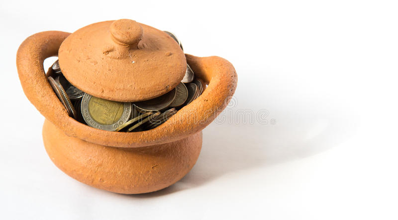 Lehmschatulle voll Münzen für Wirtschaftskonzept lizenzfreies stockbild