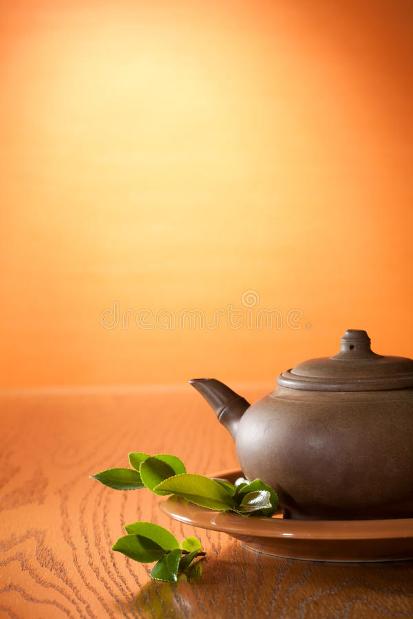Lehmteekanne mit greean Tee stockbild