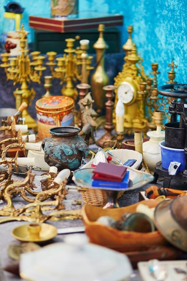 Lehmvase auf Flohmarkt in Paris stockfotografie