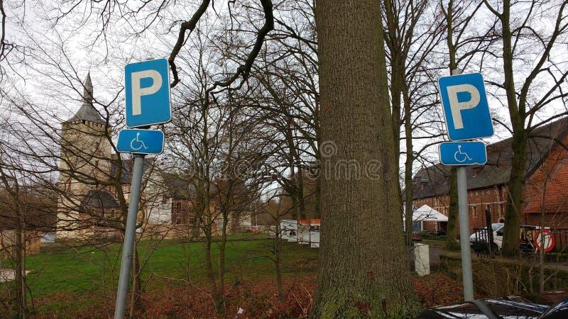 2 lehnende Parkzeichen stockfotografie