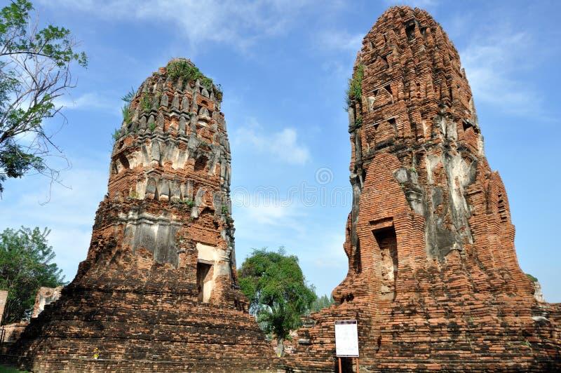 Lehnender Kontrollturm bei Wat Phra Mahathat lizenzfreie stockfotos