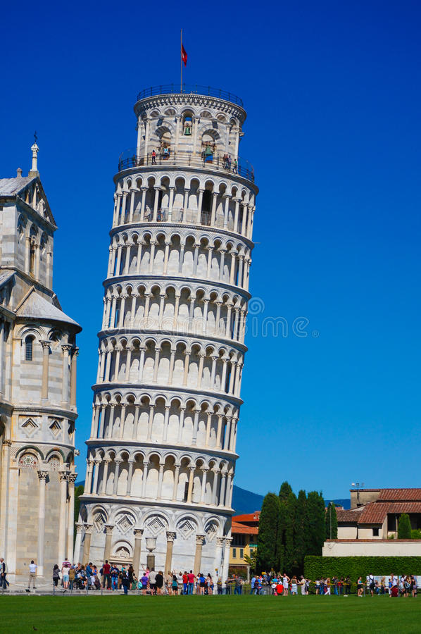 Lehnender Turm von Pisa in Italien mit blauem Himmel stockbild