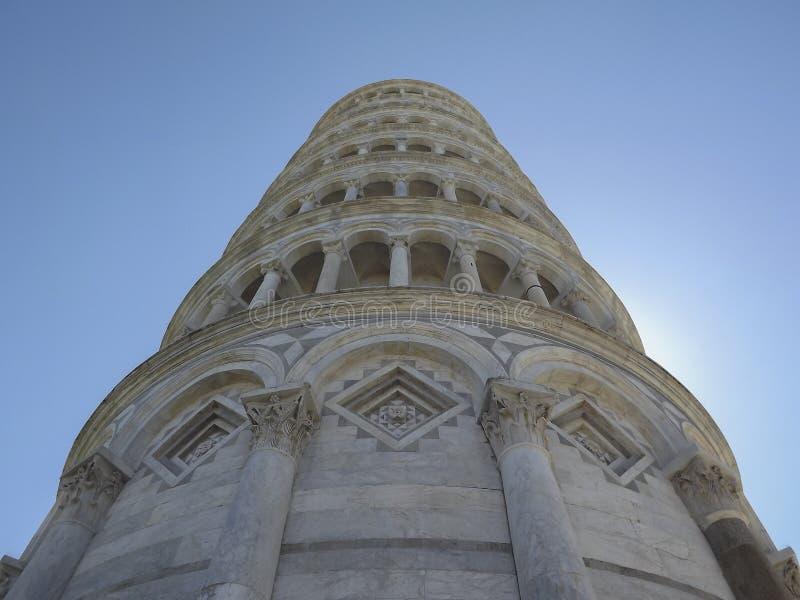 Lehnender Turm von unterhalb, Pisa, Italien lizenzfreie stockfotografie