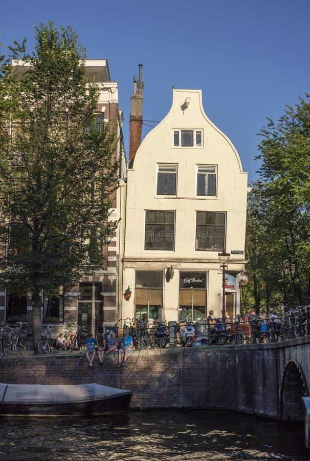 Lehnendes Gebäude lizenzfreie stockfotos