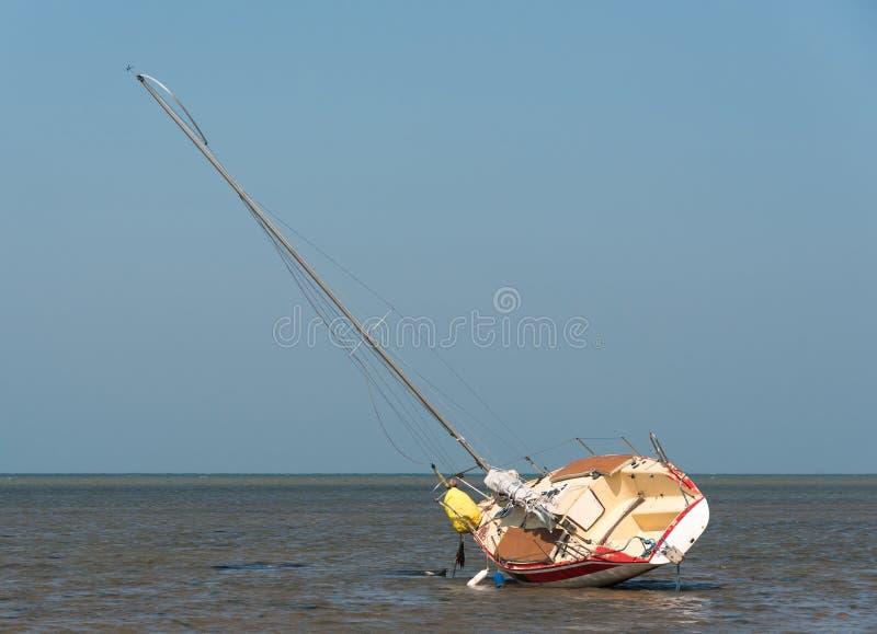 Lehnendes Segelboot stockfotografie