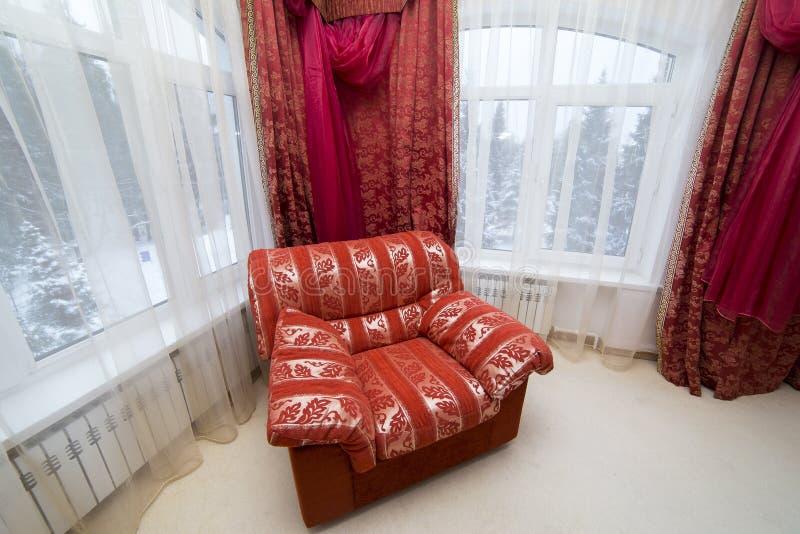 Lehnsessel classic rotes Rauminnenhaus lizenzfreie stockfotografie