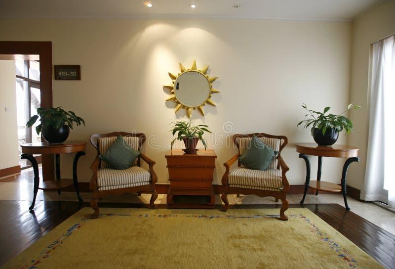 Lehnsessel in der Eingangshalle zum Hotel lizenzfreie stockbilder