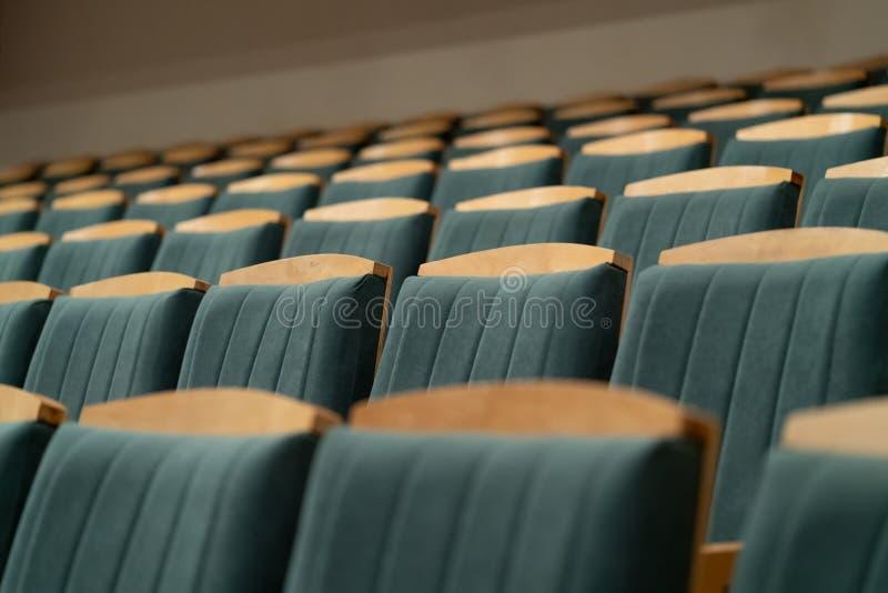 Lehnsessel in einem leeren Raum stockfoto