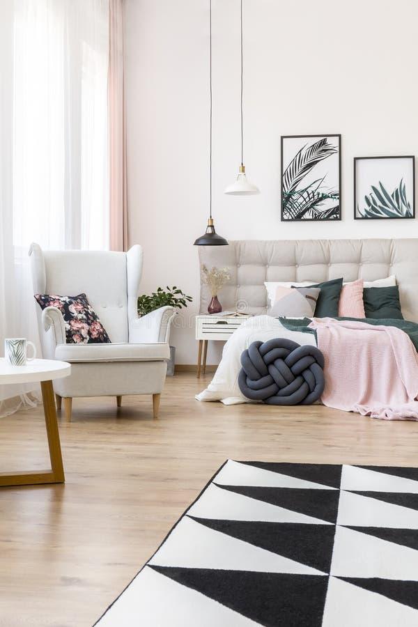 Lehnsessel in hoch entwickeltem Schlafzimmer lizenzfreies stockbild