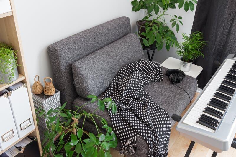 Lehnsessel und E-Piano im Haus eines Musikers stockbilder