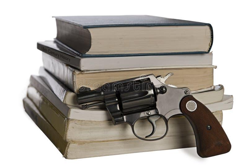 Lehrbücher und Pistole stockfotografie