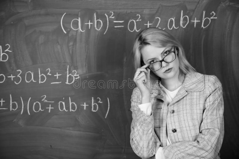 Lehrer auf Schullektion an der Tafel Frau im Klassenzimmer schule Hausunterricht Ernste Frau Zur?ck zu Schule stockfotos