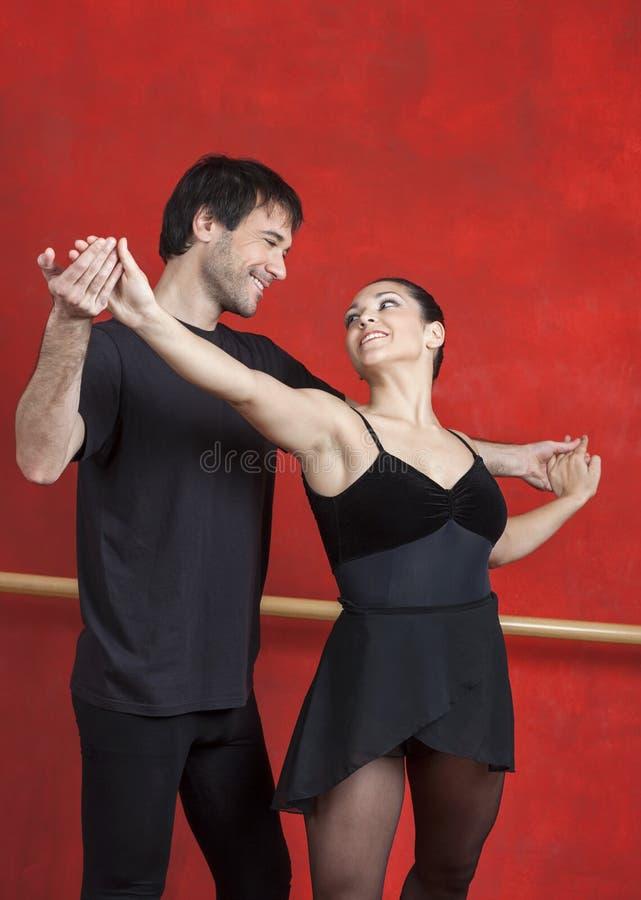 Lehrer And Ballerina Looking an einander lizenzfreies stockfoto