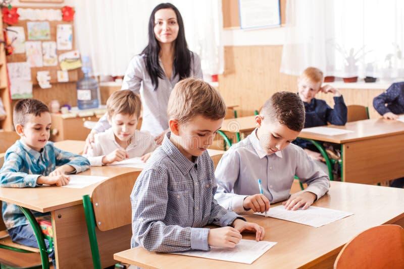 Lehrer beginnt die Lektion lizenzfreie stockfotografie