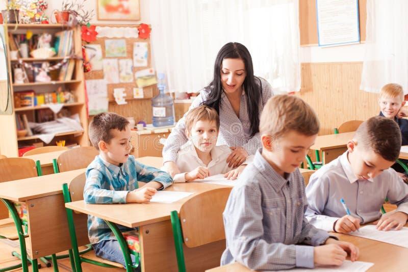 Lehrer beginnt die Lektion stockfoto