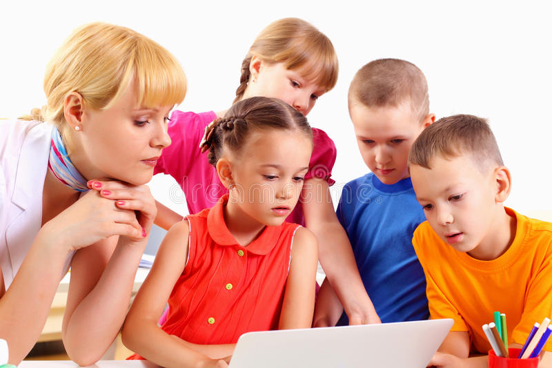 Lehrer beschäftigt Studenten lizenzfreies stockfoto