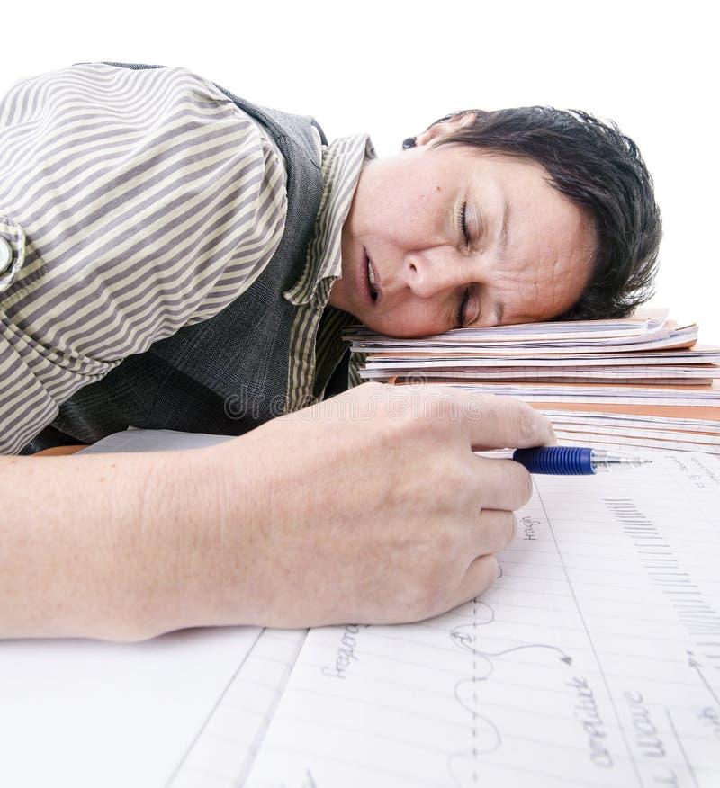 Lehrer, der auf Stapel von Büchern schläft lizenzfreies stockfoto