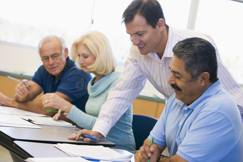Lehrer, der fälligen Kursteilnehmer in der Kategorie unterstützt stockfoto