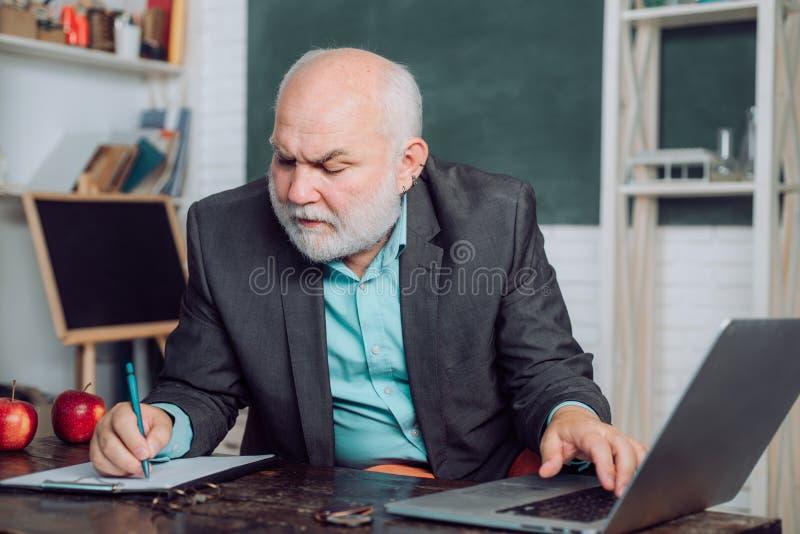 Lehrer, der f?r Hochschulpr?fungen sich vorbereitet Lehrerjob - Beruf und Lernkonzept Kursteilnehmer der ?lteren Kategorie f?hrt  lizenzfreie stockbilder