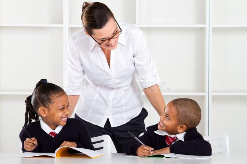 Lehrer, der mit Pupillen spricht stockbilder