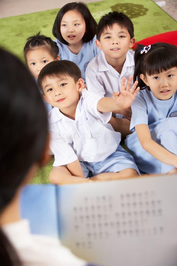 Lehrer, der zum Kursteilnehmer-Klassenzimmer liest stockbilder