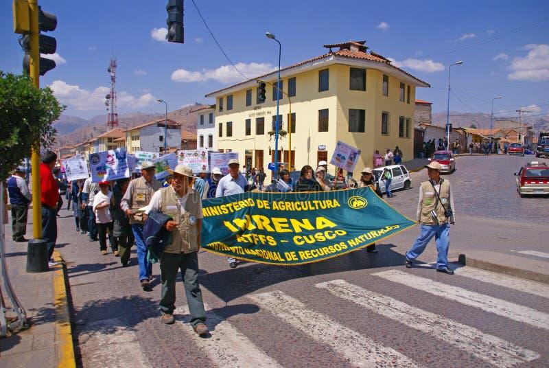 Lehrer, die Fahnen in der Demonstration tragen lizenzfreies stockbild