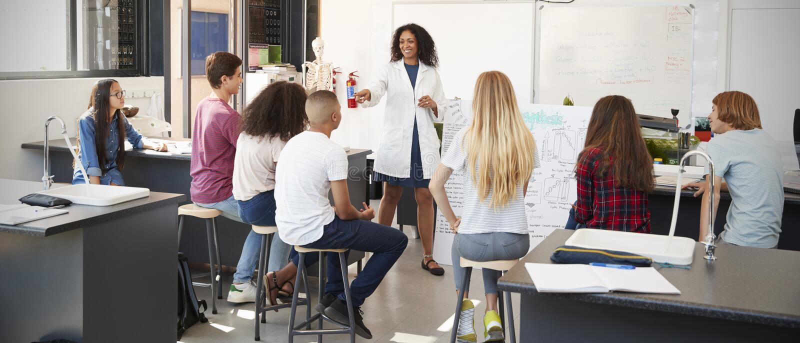 Lehrer für Wissenschaft, der Darstellung in der Schulwissenschaftsklasse gibt stockfoto