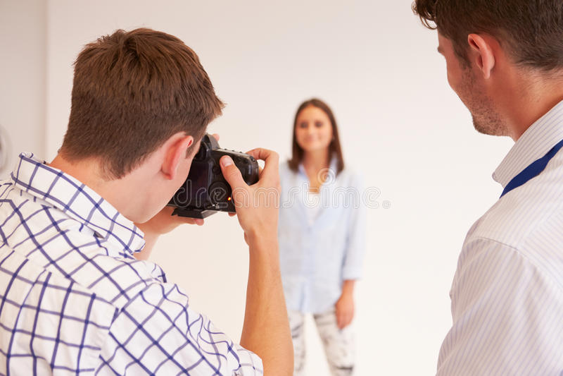 Lehrer Helping College Students, das Fotografie studiert stockfoto
