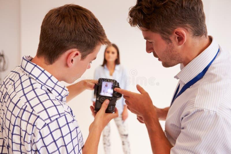 Lehrer Helping College Students, das Fotografie studiert lizenzfreies stockbild