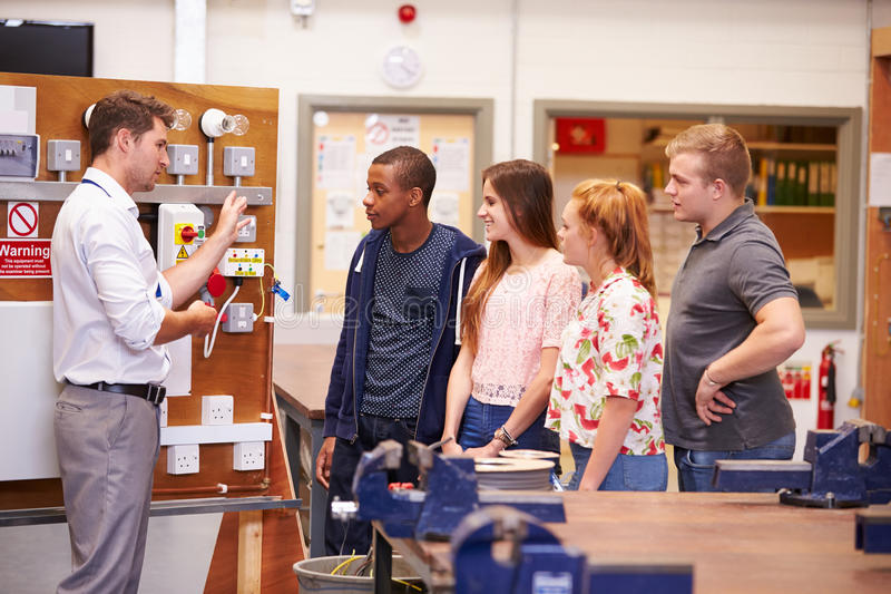 Download Lehrer Helping Students Training, Zum Elektriker Zu Sein Stockbild - Bild von elektrizität, junge: 47101089