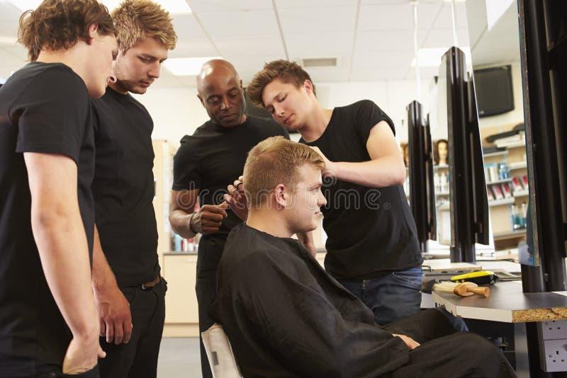 Lehrer Helping Students Training, zum Friseure zu werden lizenzfreies stockbild