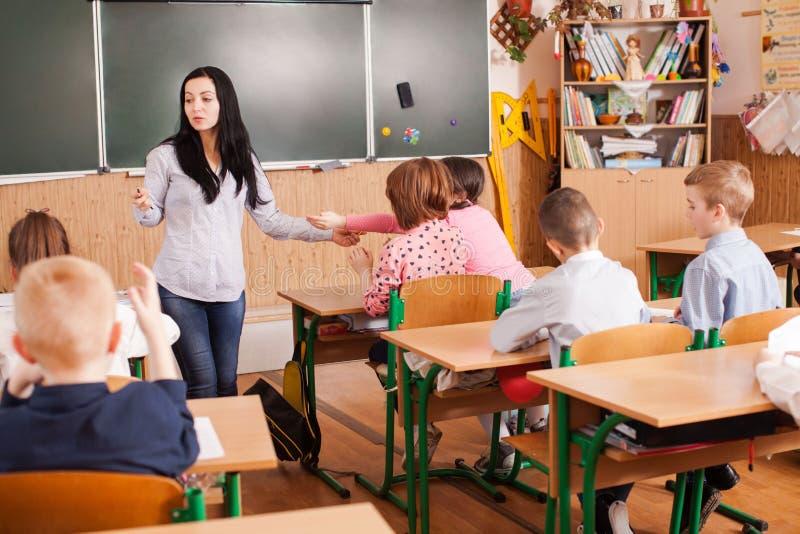 Lehrer hilft dem Schüler stockbild