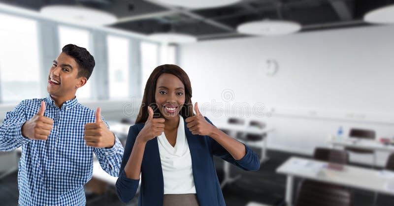 Lehrer im Klassenzimmer lächelnd mit den Daumen oben lizenzfreies stockfoto