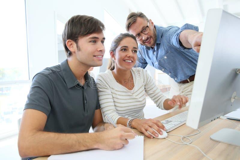 Lehrer mit Gruppe Studenten in der Klasse stockfoto