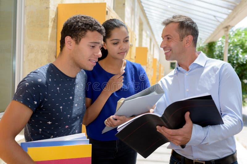 Lehrer mit Gruppenstudenten draußen lizenzfreies stockbild
