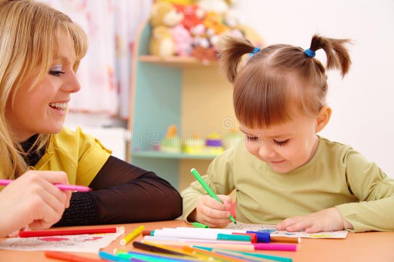 Lehrer mit Kind im Vortraining lizenzfreie stockfotografie