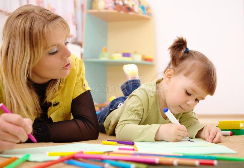 Lehrer mit Kind im Vortraining lizenzfreie stockfotos