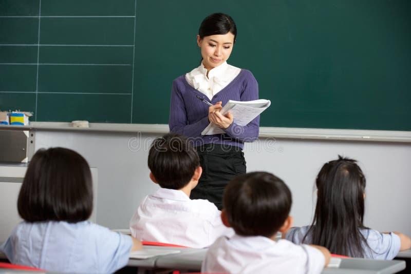 Download Lehrer Mit Kursteilnehmern Im Chinesischen Schule-Klassenzimmer Stockfoto - Bild von pupille, buch: 26362852